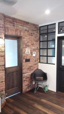 ③無垢の室内ドアとアイアン枠のFIX窓